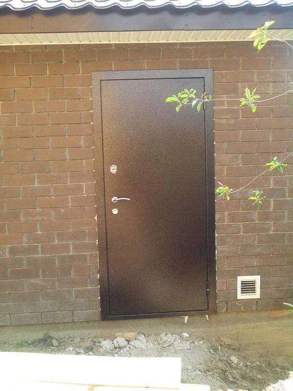 бюджетные уличные железные входные двери